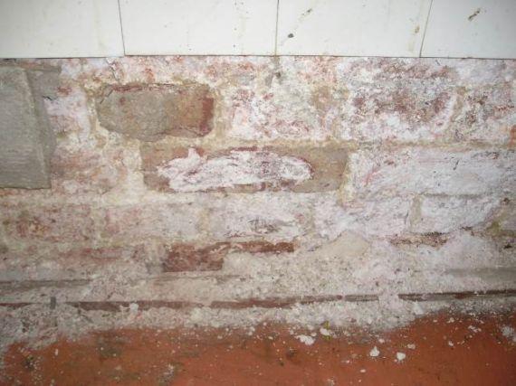Разрушение отделки стены